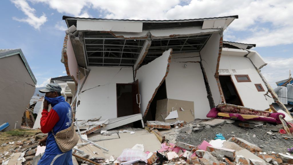 Palu, 2018. október 8. Rommá vált ház az indonéziai Celebeszen (Sulawesi) fekvõ Paluban 2018. október 8-án. A szeptember 28-án történt 7,7-es erõsségû földrengésnek és az azt követõ szökõárnak a legfrissebb összesítések szerint legkevesebb 1944 halottja és ezernél is több sérültje van. A földrengésben megsemmisült házak számát mintegy 66 ezerre becsülik. (MTI/EPA/Hotli Simanjuntak)