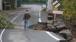 Villalier, 2018. október 16. Árvíz által elsodort út a dél-franciaországi Villalier-ben 2018. október 16-án. Az elõzõ napi áradásokban legalább tíz ember életét vesztette. MTI/EPA/Guillaume Horcajuelo *** Local Caption *** Árvíz által elsodort út a dél-franciaországi Villalier-ben 2018. október 16-án. Az elõzõ napi áradásokban legalább tíz ember életét vesztette.