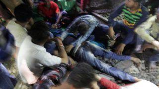 Amritszár, 2018. október 19. A fivérét siratja egy férfi az indiai Amritszárban 2018. október 19-én, miután egy hindu ünnep résztvevõi közé hajtott egy vonat. Több tucat ember életét vesztette. MTI/EPA/Raminder Pal Szingh