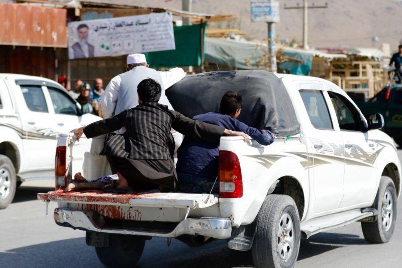 Kabul, 2018. október 20. Holttesteket szállítanak el egy kabuli szavazóhelyiség bejárata elõl, ahol robbanás történt 2018. október 20-án, a parlamenti választások napján. Az afgán fõvárosban ezen a napon elkövetett robbantásos merényletekben legalább hárman meghaltak, és harmincan megsebesültek. A kabuli kormány ellen fegyveres felkelést folytató tálib szélsõségesek korábban a voksolás bojkottálására szólították fel a lakosságot, és támadásokkal fenyegettek. MTI/EPA/Dzsavád Dzsalali