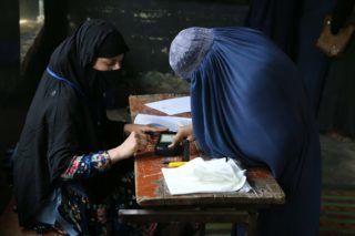 Dzsalálábád,, 2018. október 20. Afgán asszony ujjlenyomatot ad egy dzsalálábádi szavazóhelyiségben a parlamenti és tartományi választások napján, 2018. október 20-án. Afganisztánban több mint 2500 képviselõjelölt, köztük 400 nõ indul az alsóház, a 249 tagú Népi Kamara (voleszi dzsirga) mandátumaiért. MTI/EPA/Ghulamullah Habibi