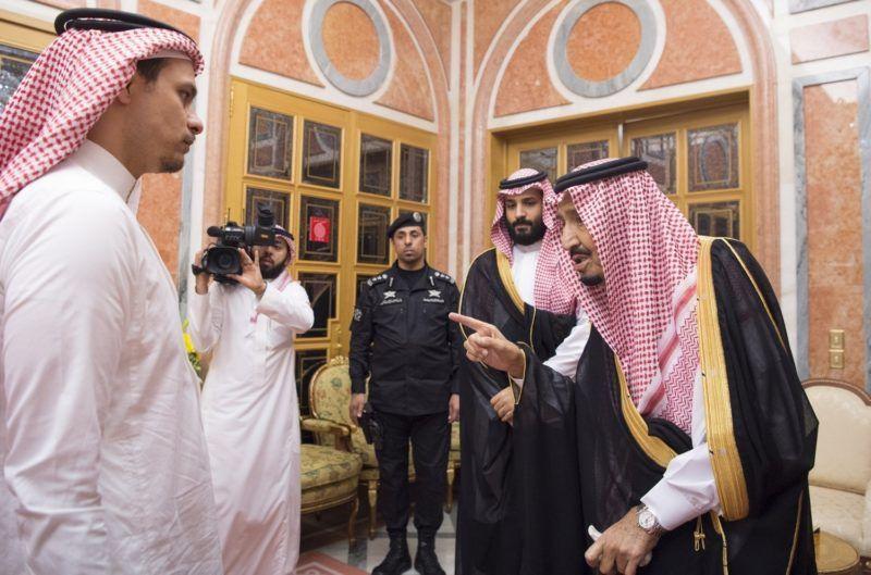 Rijád, 2018. október 23. Szalmán bin Abdel-Azíz szaúd-arábiai király (j) és Mohamed bin Szalmán trónörökös herceg (j2) fogadja a Szaúd-Arábia isztambuli fõkonzulátusán megölt szaúdi ellenzéki újságíró, Dzsamál Hasogdzsi fiát, Szaláhot (b) Rijádban 2018. október 23-án. A szaúdi vezetés több mint egy héttel az után ismerte el Hasogdzsi halálát, hogy az újságíró október 2-án bement a külképviseletre, és azóta a sorsa ismeretlen volt. MTI/EPA/Bandar Algalud