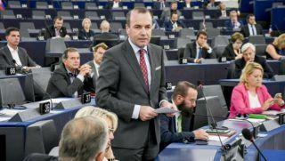 Strasbourg, 2018. szeptember 11. Az Európai Parlament Multimédiás Központja által közreadott képen Manfred Weber, az Európai Néppárt, az EPP frakcióvezetõje (k) felszólal a Sargentini-jelentés vitáján az Európai Parlament plenáris ülésén, Strasbourgban 2018. szeptember 11-én. Mellete jobbról Szájer József fideszes európai parlamenti képviselõ. (MTI/Európai Parlament Multimédiás Központja/Genevieve Engel)