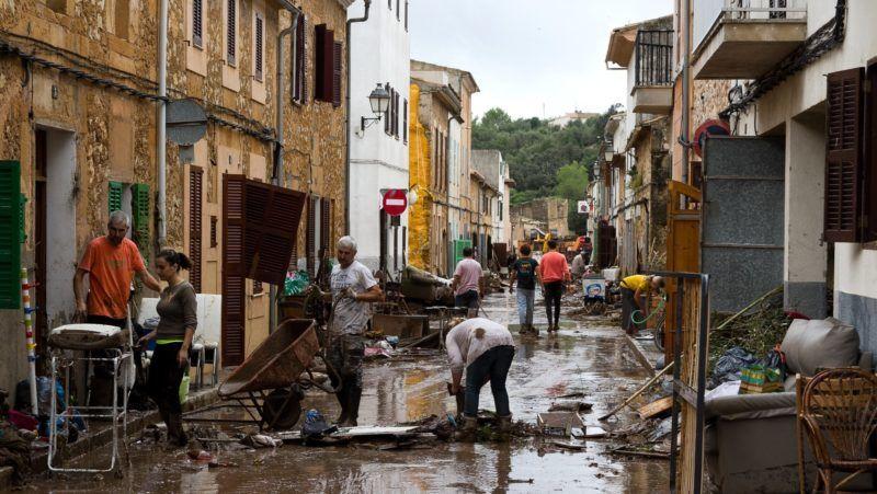 Sant Llorenc des Cardasar, 2018. október 10. A romokat takarítják el helybeliek a mallorcai Sant Llorenc des Cardasarban 2018. október 10-én, a spanyol szigeten történt felhõszakadás okozta villámáradások után. A halálos áldozatok száma kilencre nõtt, többeket eltûntként tartanak nyilván. (MTI/AP/Francisco Ubilla)