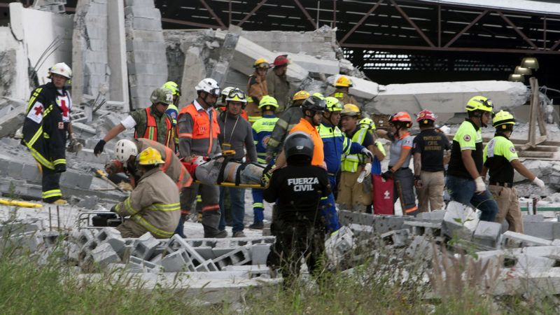 EDITORS NOTE: Graphic content / Rescue workers carry a corpse after a collapse at a construction site in Monterrey, Mexico, on October 11, 2018. - Five people were killed and 11 injured in the accident. (Photo by Julio Cesar AGUILAR / AFP)