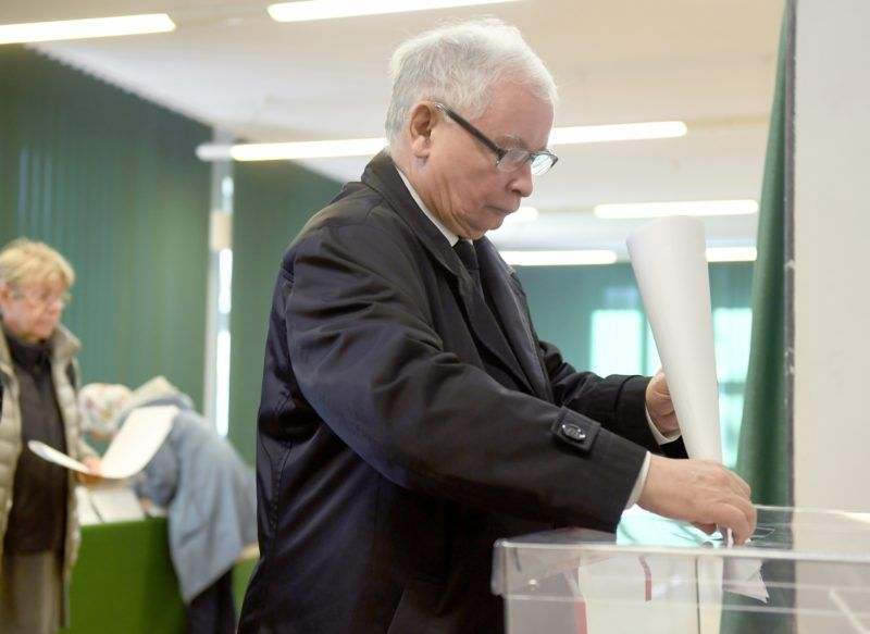 Jaroslaw Kaczynski, leader of ruling PiS party (Law and Justice), casts his ballot at a polling station during the first round of the local elections on October 21, 2018 in the Polish capital Warsaw. - Poles vote for mayors and regional councils in local elections pitting centrist opposition candidates against the governing nationalists whose controversial judicial reforms have put Poland on a collision course with the European Union. (Photo by Janek SKARZYNSKI / AFP)