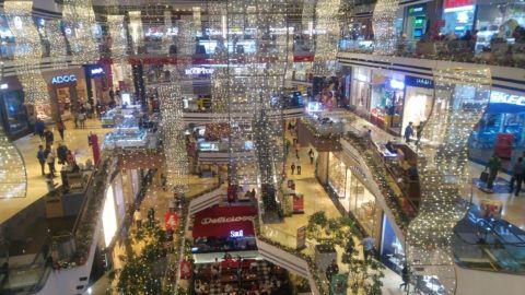 71223216. Guatemala, 23 Dic. 2017 (Notimex-Pablo Palomo Reyna).- Entre un intenso tráfico y centros comerciales al tope, los guatemaltecos realizaron hoy las compras de último momento para la Navidad que se celebra con una cena tradicional de tamales, entre el estruendo de los cohetones y el olor a pólvora.NOTIMEX/FOTO/PABLO PALOMO REYNA/COR/HUM/NAVIDAD17