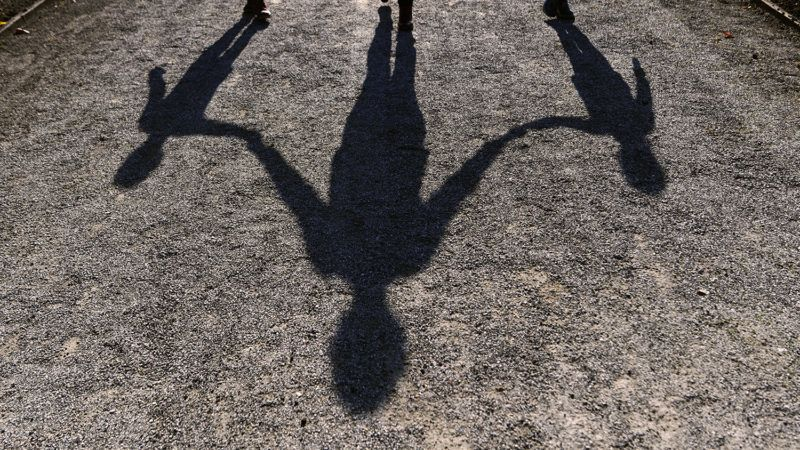 dpatop - The shadow of a woman with her two children can be seen on a path in the Hofgarten in Munich, Germany, 20 October 2017: Photo: Peter Kneffel/dpa