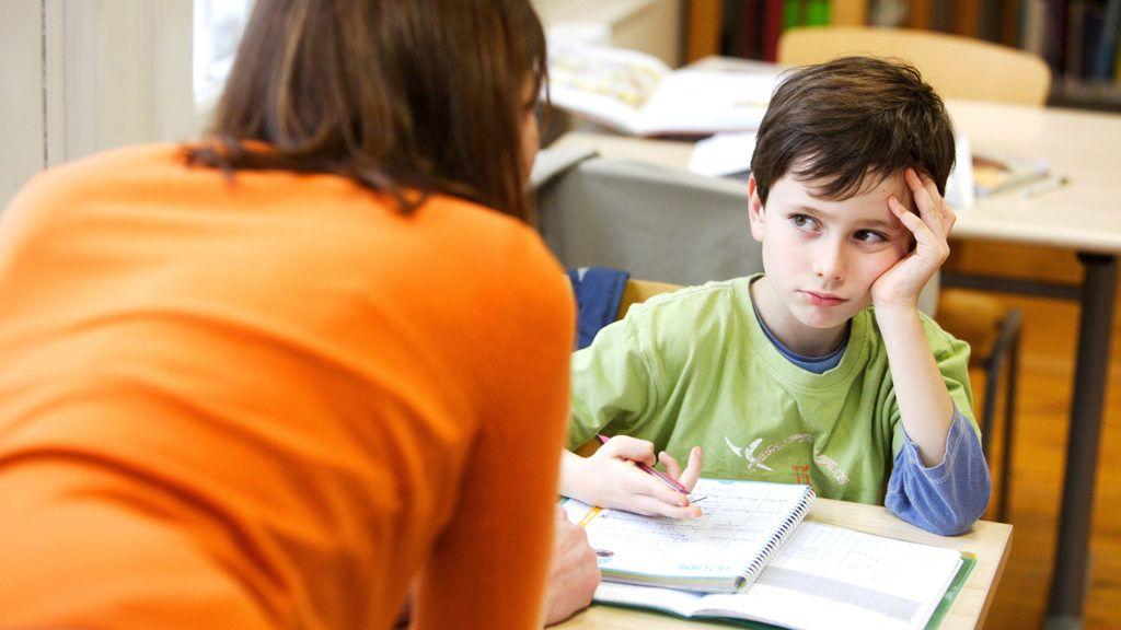Woman talking to a 8 year old boy.  BURGER/PHANIE