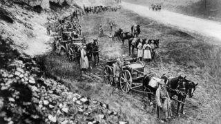 World War I 1914-1918: German horse-drawn machine gun unit pausing beside a road, 1915.  Military, Army,  Artillery, Weapon, Gun,  Automatic, Gun carriageWorld History Archive