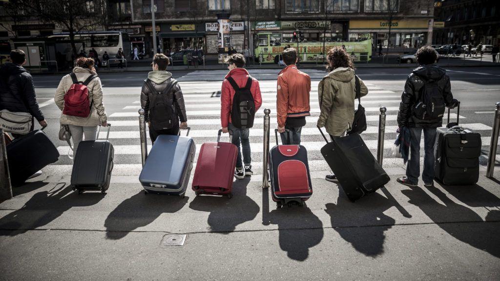 Budapest, 2014. március 25.Turisták bőröndjeikkel egy zebránál állnak Budapesten, a Rákóczi úton 2014. március 25-én.MTI Fotó: Mohai Balázs