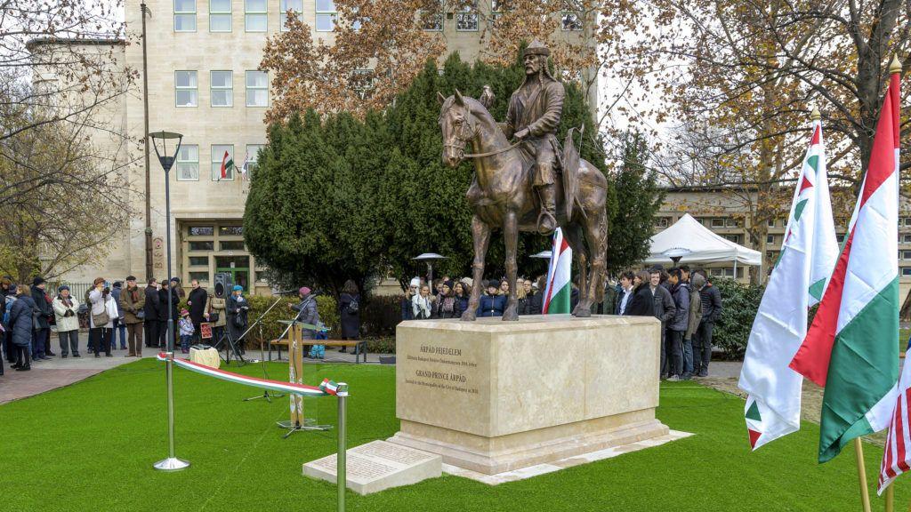 Harmadrendű szobrok tömegei árasztották el az országot 6