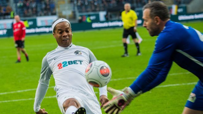 17 November 2018, Hessen, Frankfurt/Main: Ronaldinho (l), former Brazilian professional footballer, in a duel with Markus Pröll, former goalkeeper of Frankfurt Eintracht. The Brazilian football superstar will compete with a team of international ex-football pros in a charity match against a selection of Eintracht's old stars. The game of ex-professionals is for the good cause. Photo: Andreas Arnold/dpa