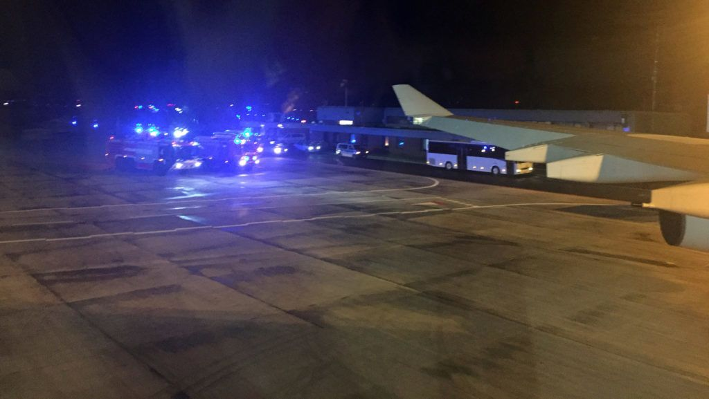 """29 November 2018, North Rhine-Westphalia, Kˆln: Cars of the fire brigade are standing on the tarmac of the airport in Cologne at the Chancellor's Airbus """"Konrad Adenauer"""" with the Chancellor on board. Chancellor Merkel had to interrupt her flight from Berlin to the G20 summit in Buenos Aires on Thursday evening due to a technical defect in the Chancellor's Airbus """"Konrad Adenauer"""". The A340-300 aircraft with Merkel on board took off from Berlin at 19.00 hrs and landed in Cologne at 21.00 hrs. (Best possible image quality) Photo: Jˆrg Blank/dpa"""