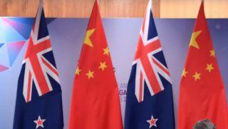 (181114) -- SINGAPORE, Nov. 14, 2018 (Xinhua) -- Chinese Premier Li Keqiang meets with New Zealand Prime Minister Jacinda Ardern in Singapore, Nov. 14, 2018. (Xinhua/Shen Hong) (gxn)