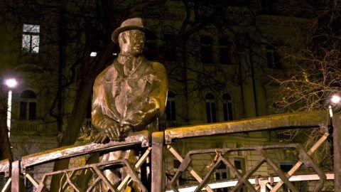 Budapest, 2014. december 19. Nagy Imre miniszterelnök szobra a Vértanúk terén esti kivilágításban. Varga Tamás szobrászmûvész alkotását 1996. június 6-án avatták fel. MTVA/Bizományosi: Róka László  *************************** Kedves Felhasználó! Az Ön által most kiválasztott fénykép nem képezi az MTI fotókiadásának, valamint az MTVA fotóarchívumának szerves részét. A kép tartalmáért és a szövegért a fotó készítõje vállalja a felelõsséget.