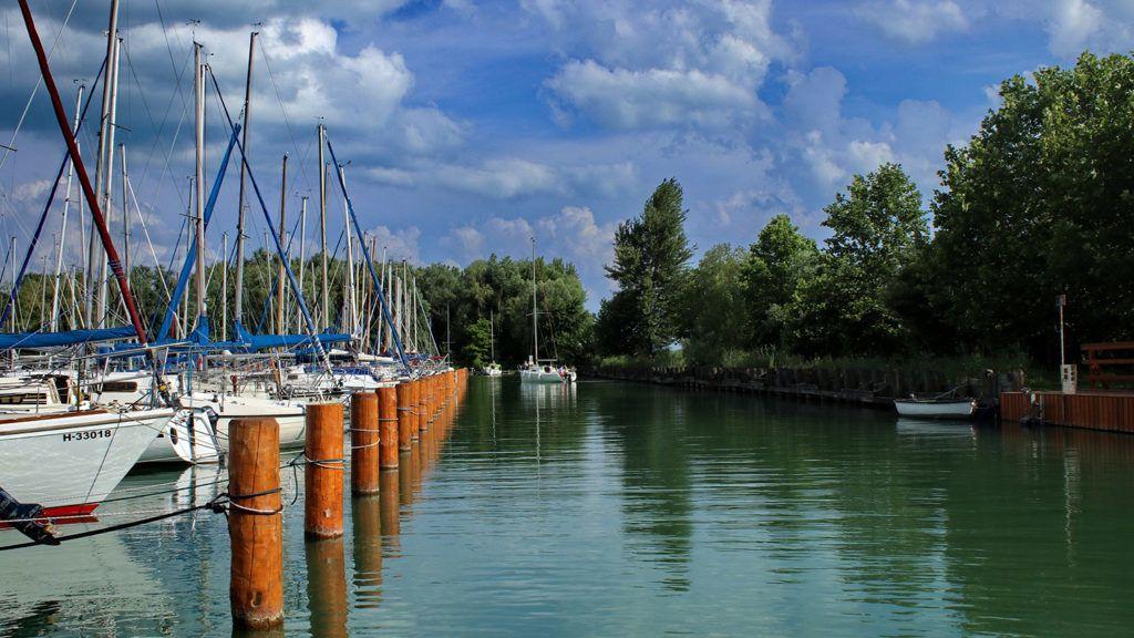Balatonfűzfő, 2018. június 2. A balatonfűzfői kikötőben meghatározott szabályok szerint tárolják a hajókat. A vitorlás szezon beindultával a legkülönbözőbb méretű, üzemű vízí járművek népesítik be a Balatont. MTVA/Bizományosi: Farkas Melinda ***************************Kedves Felhasználó!Ez a fotó nem a Duna Médiaszolgáltató Zrt./MTI által készített és kiadott fényképfelvétel, így harmadik személy által támasztott bárminemű – különösen szerzői jogi, szomszédos jogi és személyiségi jogi – igényért a fotó készítője közvetlenül maga áll helyt, az MTVA felelőssége e körben kizárt.