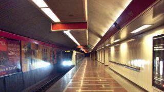 Budapest, 2013. február 6. A BKK-BKV 2-es (kelet-nyugati) metró vonalán közlekedõ, Alstom-gyártmányú, modern szerelvénye érkezik a Széll Kálmán téri állomásra. MTVA/Bizományosi: Jászai Csaba  *************************** Kedves Felhasználó! Az Ön által most kiválasztott fénykép nem képezi az MTI fotókiadásának, valamint az MTVA fotóarchívumának szerves részét. A kép tartalmáért és a szövegért a fotó készítõje vállalja a felelõsséget.