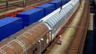 Budapest, 2013. április 21. A Rail Cargo Hungaria Zrt. vagonkapcsoló szakembere ellenőrzi a vasúti tehervagonok és konténerszállítók összekapcsolását, valamint kalapácsütéssel a kerekek állapotát a Ferencvárosi pályaudvaron, Magyarország legnagyobb forgalmú vasútállomásán.  MTVA/Bizományosi: Jászai Csaba  *************************** Kedves Felhasználó! Az Ön által most kiválasztott fénykép nem képezi az MTI fotókiadásának, valamint az MTVA fotóarchívumának szerves részét. A kép tartalmáért és a szövegért a fotó készítője vállalja a felelősséget.