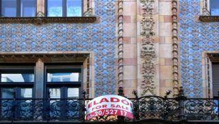 Budapest, 2017. november 6. Eladó lakást hirdetõ transzparens a fõváros V. kerületében, a Váci utca egyik mûemlék lakóházának erkélyén. MTVA/Bizományosi: Jászai Csaba  *************************** Kedves Felhasználó! Ez a fotó nem a Duna Médiaszolgáltató Zrt./MTI által készített és kiadott fényképfelvétel, így harmadik személy által támasztott bárminemû – különösen szerzõi jogi, szomszédos jogi és személyiségi jogi – igényért a fotó készítõje közvetlenül maga áll helyt, az MTVA felelõssége e körben kizárt.