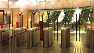 Budapest, 2018. január 30. Próbaüzemre felállított beléptetõ kapuk sora a Deák téri metróállomáson, a Budapesti Közlekedési Központ (BKK) 2-es és 3-as metróvonalához vezetõ aluljáróban. MTVA/Bizományosi: Jászai Csaba  *************************** Kedves Felhasználó! Ez a fotó nem a Duna Médiaszolgáltató Zrt./MTI által készített és kiadott fényképfelvétel, így harmadik személy által támasztott bárminemû – különösen szerzõi jogi, szomszédos jogi és személyiségi jogi – igényért a fotó készítõje közvetlenül maga áll helyt, az MTVA felelõssége e körben kizárt.