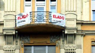 Budapest, 2018. szeptember 25. Eladó lakást hirdetnek az erkélyre kitett transzparensek a főváros XIII. kerületében, a Szent István körút egyik régi díszes lakóépületén. MTVA/Bizományosi: Jászai Csaba  *************************** Kedves Felhasználó! Ez a fotó nem a Duna Médiaszolgáltató Zrt./MTI által készített és kiadott fényképfelvétel, így harmadik személy által támasztott bárminemű – különösen szerzői jogi, szomszédos jogi és személyiségi jogi – igényért a fotó készítője közvetlenül maga áll helyt, az MTVA felelőssége e körben kizárt.