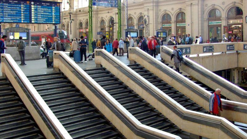 Budapest, 2018. október 9. Utasok a fõváros vasúti közlekedésének egyik nagy forgalmú csomópontjában, a Keleti pályaudvar csarnokában. Balra fent utastájékoztató elektronikus információs tábla, valamint egy RailJet-szerelvény. MTVA/Bizományosi: Jászai Csaba  *************************** Kedves Felhasználó! Ez a fotó nem a Duna Médiaszolgáltató Zrt./MTI által készített és kiadott fényképfelvétel, így harmadik személy által támasztott bárminemû – különösen szerzõi jogi, szomszédos jogi és személyiségi jogi – igényért a fotó készítõje közvetlenül maga áll helyt, az MTVA felelõssége e körben kizárt.