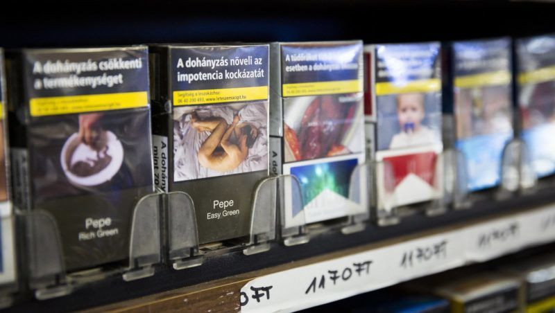 Budapest, 2017. július 23. Balra az első egységes csomagolásban kapható cigaretta a régi csomagolású termékek között egy budapesti dohányboltban 2017. július 23-án. Az új márka csomagolásán a 2016. augusztus 20-án hatályba lépett rendelet szerint már nincsenek védjegyek, grafikai szimbólumok és képi megjelenítések. A gyártók cigarettamárkái 2018. május 20-át követően már csak egységes csomagolásban jelenhetnek meg. MTI Fotó: Mohai Balázs
