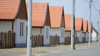 Ócsa, 2013. július 3. Házak az ócsai lakóparkban 2013. július 3-án. Beköltöztek az elsõ lakók a szociális családiház-építési program keretében épült lakóparkba. MTI Fotó: Kovács Tamás
