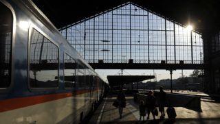 Budapest, 2015. július 6. Utasok a felújított Nyugati pályaudvaron, ahol üzemkezdettõl ismét megindult a menetrend szerinti forgalom 2015. július 6-án. A MÁV halaszthatatlan karbantartási munkák miatt június 22-én zárta le két hétre a naponta 60-70 ezer utast fogadó pályaudvart. MTI Fotó: Kovács Tamás