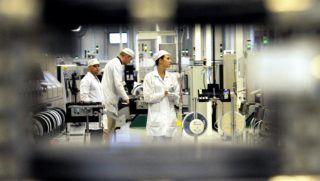 Budapest, 2013. július 24. Technikusok dolgoznak a Continental Automotive Hungary Kft. autóelektronikai alkatrészeket gyártó budapesti üzemében 2013. július 24-én. A cég fõvárosi gyárában 2,6 milliárd forint beruházással két új projekt valósul meg. Az elsõ projekttel 90 termelõ-, míg a másodikkal 42 új logisztikai munkahely jön létre. MTI Fotó: Földi Imre