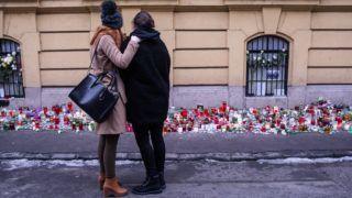Budapest, 2017. január 23. A veronai buszbaleset egyik túlélõjét (j) öleli egy lány a Szinyei Merse Pál Gimnáziumnál 2017. január 23-án. Január 20-án éjjel az olaszországi Verona közelében balesetet szenvedett egy magyar fiatalokat szállító busz, tizenhatan meghaltak, huszonhatan megsérültek. A buszon a budapesti Szinyei Merse Pál Gimnázium tanulói, volt diákok, tanárok és egyikük családja utazott. MTI Fotó: Kallos Bea