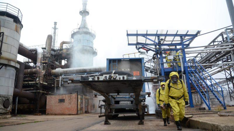 Szolnok, 2012. november 15. A Jász-Nagykun-Szolnok Megyei Katasztrófavédelmi Igazgatóság Védelmi Kirendeltségének katasztrófavédelmi szakemberei egy gyakorlaton Szolnokon, a Bige Holding területén 2012. november 15-én. A Bige Holding területén található az ország egyetlen kénsavgyára. A kormánytámogatással majd épülõ kínai citromsavgyár a Bige Holding közelében fog megépülni és a Bige Holding szállítja a kénsavat a citromsavgyártáshoz. MTI Fotó: Mészáros János