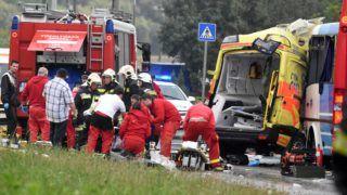 Szolnok, 2018. június 27. Ütközésben összetört mentõautó Szolnokon a Debreceni úton 2018. június 27-én. A balesetben a mentõautó és egy utasokat szállító autóbusz ütközött. A mentõautó vezetõje és a szállított beteg életét vesztette, az esetkocsiban tartózkodó mentõápoló és mentõtiszt pedig súlyosan megsérült. A buszon huszan szenvedtek - az elsõ vizsgálat szerint - könnyû sérülést. MTI Fotó: Mészáros János