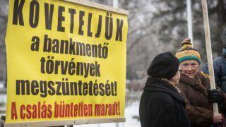 Szeged, 2017. január 30. Devizahitel-károsultak demonstrálnak Orbán Viktor miniszterelnök érkezésekor Szegeden 2017. január 30-án. MTI Fotó: Ujvári Sándor