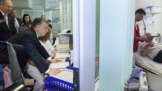 Nagykanizsa, 2014. március 10.Orbán Viktor miniszterelnök (b2) látogatást tesz a kórház sürgősségi osztályának betegmegőrzőjében a Kanizsai Dorottya Kórház két fejlesztési programjának zárásaként tartott avatóünnepségen Nagykanizsán 2014. március 10-én. Mögötte Szócska Miklós egészségügyért felelős államtitkár.MTI Fotó: Varga György