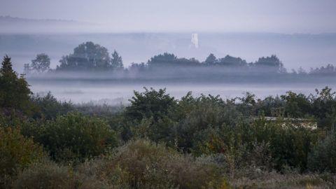 Homokkomárom, 2016. október 8.Hajnali köd Homokkomárom közelében 2016. október 8-án, napfelkeltekor. A térségben ezen a napon fagyott először, hajnalban mínusz 4 fokot mértek.MTI Fotó: Varga György
