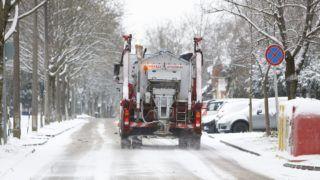 Nagykanizsa, 2018. március 19. Sószóró halad a hóesésben Nagykanizsán 2018. március 19-én. MTI Fotó: Varga György