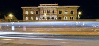 Budapest, 2017. november 28. A hosszú expozíciós idõvel készült felvételen villamos halad el a Budapesti Corvinus Egyetem központi épülete elõtt a Fõvám téren 2017. november 28-án. MTI Fotó: Illyés Tibor