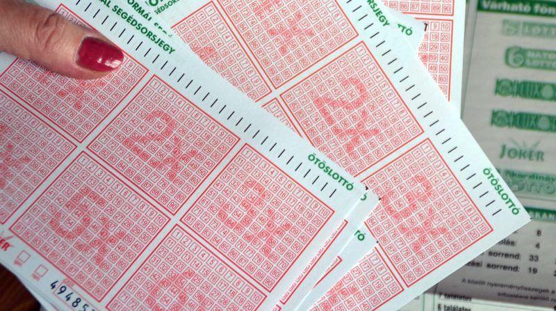 Budapest, 2012. május 30. Lottószelvények egy lottózóban, ahol sokkal többen játszanak a nagy nyeremény reményében. Az ötös lottón  minden idõk második legnagyobb nyereményét veheti fel az játékos aki a 22. héten mind az öt számot eltalálja. A nyereménye várhatóan 3 milliárd 727 millió forint lesz. MTI Fotó: Balaton József