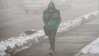 Nyíregyháza, 2014. február 5. Egy fiú gyalogol a szmogban Nyíregyházán, a Ferenc körúton 2014. február 5-én. A nyírségi nagyvárosban vasárnap óta a szmogriadó riasztási fokozata van érvényben, mert a szálló por 24 órás átlagkoncentrációja egymást követõ három napon túllépte a küszöbértéket. A meteorológiai elõrejelzések szerint a levegõminõségben számottevõ javulás csak február 7-tõl várható. MTI Fotó: Balázs Attila