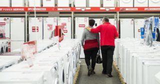 Nyíregyháza, 2014. december 7. Vásárlók egy áruházban Nyíregyházán 2014. december 7-én. Több ponton is változtatna két fideszes módosító indítvány az üzletek vasárnapi nyitva tartását korlátozó KDNP-s törvényjavaslaton. MTI Fotó: Balázs Attila