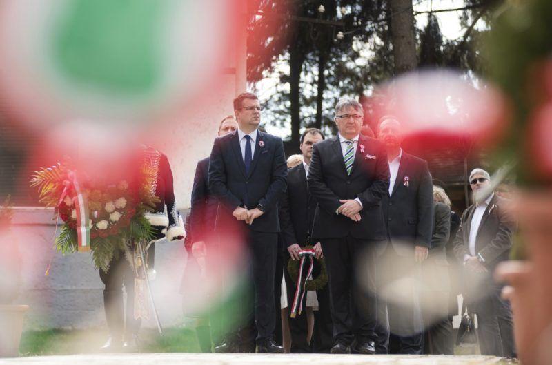 Kisvárda, 2018. március 14. Seszták Miklós nemzeti fejlesztési miniszter (b) és Leleszi Tibor (Fidesz-KDNP) polgármester (j) Petõfi Sándor szobránál Kisvárdán az 1848/49-es forradalom és szabadságharc 170. évfordulójának tiszteletére rendezett önkormányzati ünnepségen 2018. március 14-én. MTI Fotó: Balázs Attila