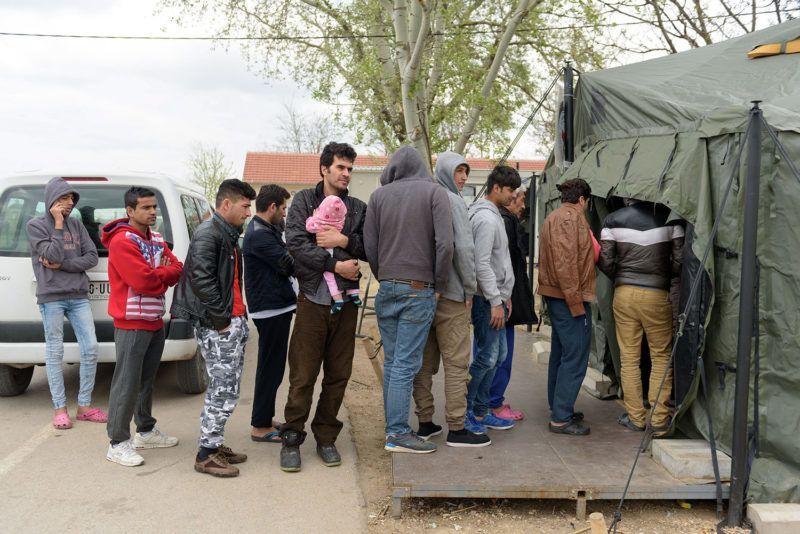 Szabadka, 2017. április 8.Menekültek ebédért állnak sorban a szabadkai befogadóállomáson 2017. április 8-án.MTI Fotó: Molnár Edvárd
