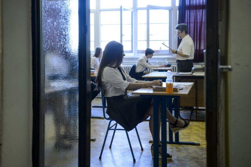 Salgótarján, 2018. május 8. Diákok várják a feladatlapok kiosztását a középszintû matematika írásbeli érettségi vizsgán a salgótarjáni Bolyai János Gimnáziumban 2018. május 8-án. Az Oktatási Hivatal korábbi tájékoztatása szerint a 2005-ben bevezetett kétszintû érettségi vizsgarendszer 28. idõszakában 1183 helyszínen összesen mintegy 110700-an adnak számot tudásukról. MTI Fotó: Komka Péter