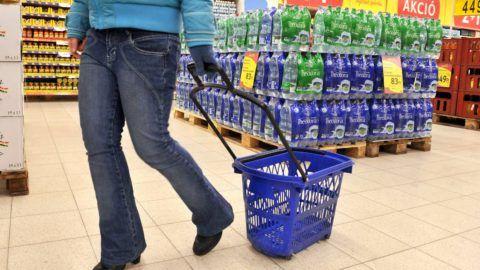 Budapest, 2012. február 13. Egy vásárló megy a Tesco hipermarketben, Budapesten, az Arena Plazában. MTI Fotó: Koszticsák Szilárd