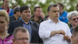 Felcsút, 2013. május 11. Orbán Viktor miniszterelnök (k) és Mészáros Lõrinc, a felcsúti Puskás Ferenc Labdarúgó Akadémia elnöke (b, a kormányfõ mellett) nézi a labdarúgó NB II 26. fordulójában a Nyugati csoportban rendezett Puskás Akadémia-Kaposvári Rákóczi II mérkõzést Felcsúton 2013. május 11-én. Az összecsapást a Puskás Akadémia 2-0-ra megnyerte és feljutott NB I-be. MTI Fotó: Koszticsák Szilárd