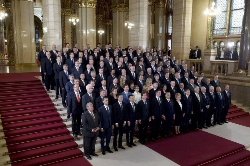 Budapest, 2018. május 8. A Fidesz-KDNP frakciójának tagjai az Országház fõlépcsõjén az Országgyûlés alakuló ülése elõtt 2018. május 8-án. Elöl középen Orbán Viktor miniszterelnök, a Fidesz elnöke, az országgyûlési választásokon gyõztes Fidesz-KDNP pártszövetség miniszterelnök-jelöltje. Az elsõ sorban balról-jobbra: Süli János, Varga Mihály, Szijjártó Péter, Rogán Antal, Gulyás Gergely, Kocsis Máté, Orbán Viktor, Mátrai Márta, Kövér László, Semjén Zsolt, Harrach Péter, Jakab István, Hende Csaba és Nagy István. MTI Fotó: Koszticsák Szilárd