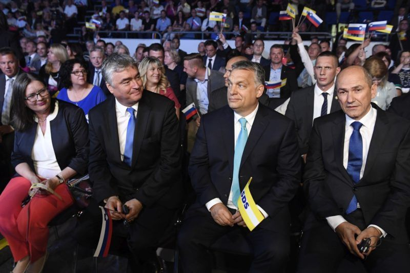 Celje, 2018. május 11. Orbán Viktor miniszterelnök (j2), Janez Jansa, a Szlovén Demokrata Pár (SDS) elnöke (j) és Milan Zver, az SDS európai parlamenti képviselõje (j3) az SDS kampányrendezvényén Celjén, a Golovec csarnokban 2018. május 11-én. Szlovéniában június 3-án elõrehozott parlamenti választásokat tartanak. MTI Fotó: Koszticsák Szilárd