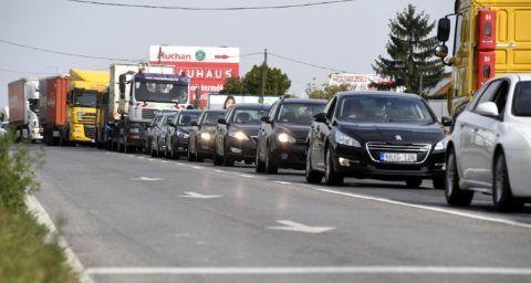 Dunaharaszti, 2018. szeptember 14. Torlódás az M0-ás autóút déli szakaszának felújítása miatt lezárt csepeli felhajtónál 2018. szeptember 14-én. Új forgalmi rend lép életbe az M0-ás autóút déli szakaszának felújításánál, hogy csökkentsék a torlódásokat. A Hárosi Duna-hídon a munkaterület mellett az M1-es autópálya irányába az eddigi kettő helyett három forgalmi sáv, míg a Soroksári Duna-híd felé hosszabb gyorsítósávok segítik majd a közlekedőket. MTI Fotó: Koszticsák Szilárd